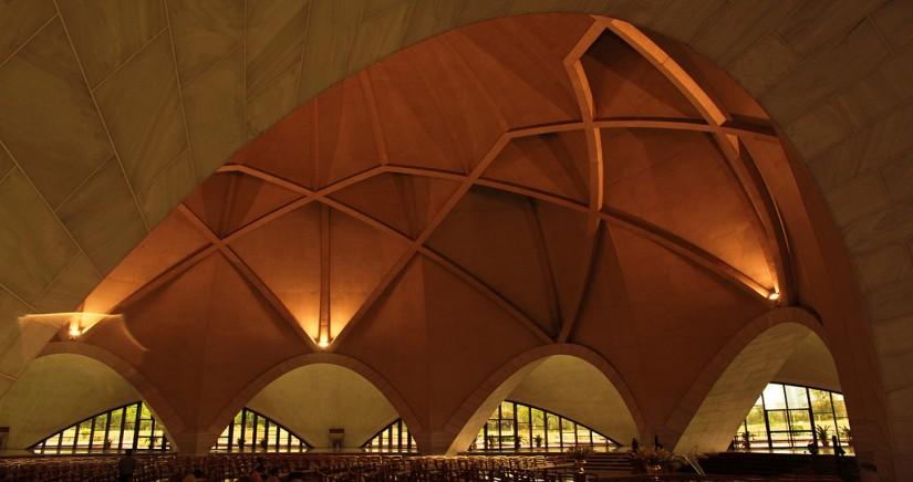 Interior_of_Lotus_temple.jpg