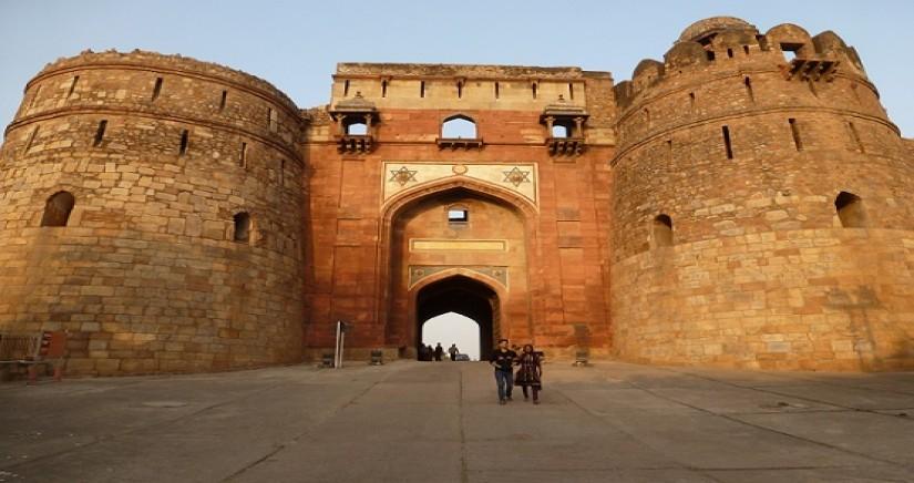Purana_Qila_Delhi_Entrance_gate.jpg